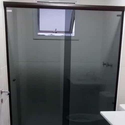 box fumê de frontal vidro temperado de 8 mm, modelo 2 folhas com curva a 90º com perfil de acabamento em alumínio preto anodizado