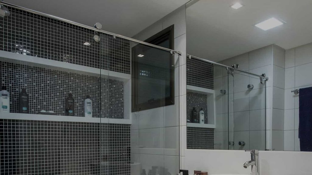 Box-para-banheiro-DUBOX SP-1024x576 box de banheiro vidro temperado de 8 mm, kit inox modelo elegance da ideia glass com roldanas cromadas aparentes.