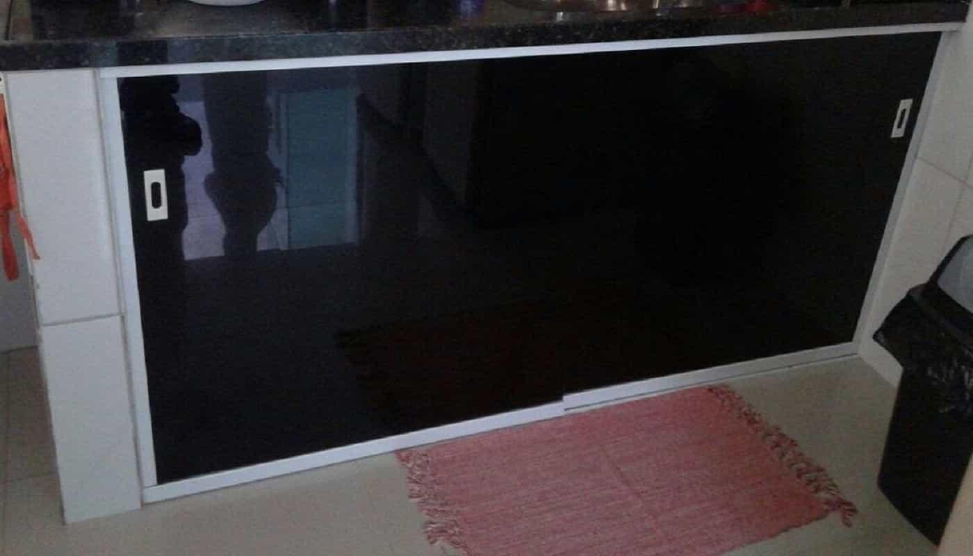 Kit pia Dubox SP vidro fume de 8 mm, com portas de correr sobre os trilhos inferiores. Perfil de acabamento em aluminio branco.