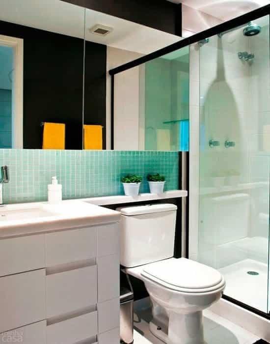 box para banheiro e espelho. de de vidro temperado de 8 mm, a pronta entrega com qualidade total. vidro translucido incolor com perfil de acabamento em aluminio preto.