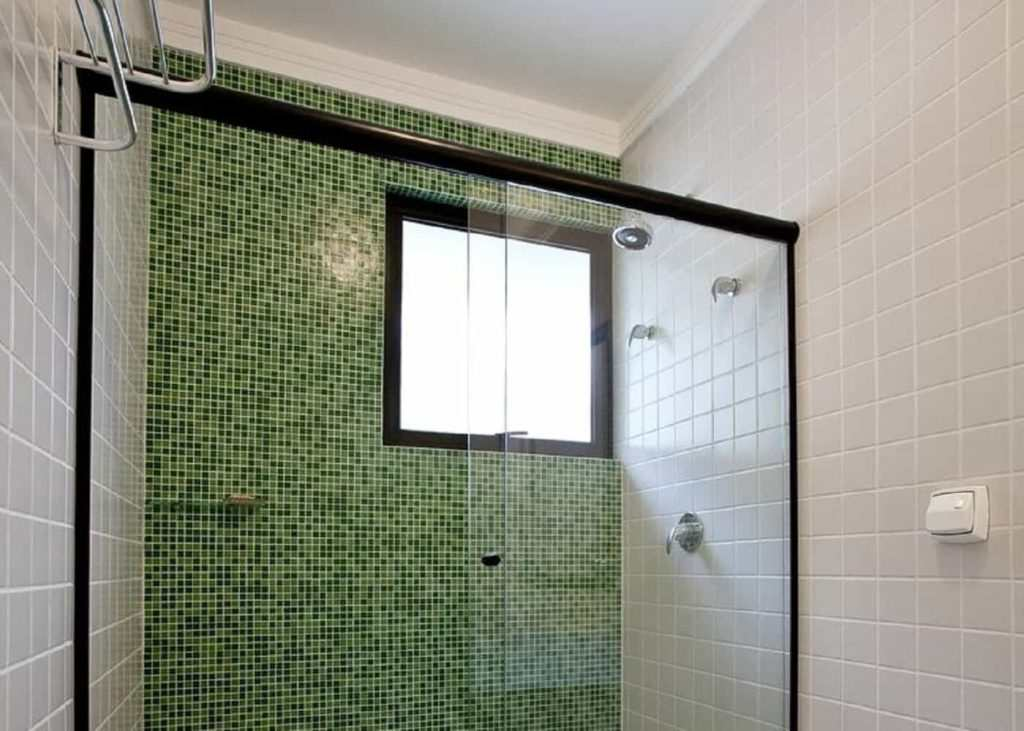 box-frontal-incolor-com-aluminio-preto-1024x731 vidro incolor temperado de 8 mm, medida de largura aproximada de 180 cm, e altura padrão de 1,90 cm. Perfil de acabamento em aluminio preto.