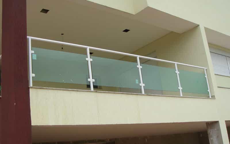guarda corpo varanda Vidro laminado ou temperado nas cores incolor, fume ou vidro verde. Perfil de acabamento nas cores: prateada, preto ou branco.