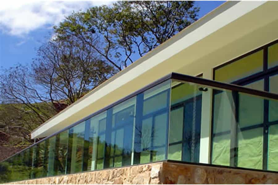 guarda corpo vidro temperado Vidro laminado ou temperado nas cores incolor, fume ou vidro verde. Perfil de acabamento nas cores: prateada, preto ou branco.