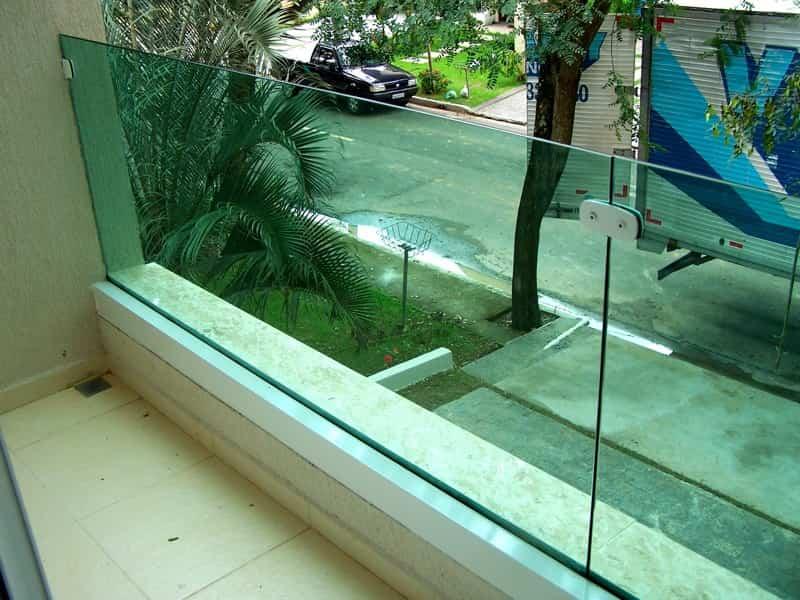 guarda corpo vidro varanda Vidro laminado ou temperado nas cores incolor, fume ou vidro verde. Perfil de acabamento nas cores: prateada, preto ou branco.