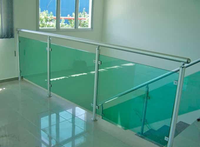guarda corpo vidro verde Vidro laminado ou temperado nas cores incolor, fume ou vidro verde. Perfil de acabamento nas cores: prateada, preto ou branco.