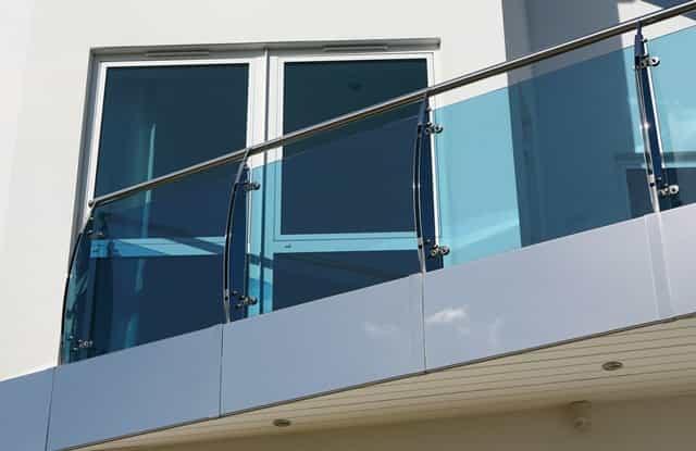 guarda corpo vidro Vidro laminado ou temperado nas cores incolor, fume ou vidro verde. Perfil de acabamento nas cores: prateada, preto ou branco.