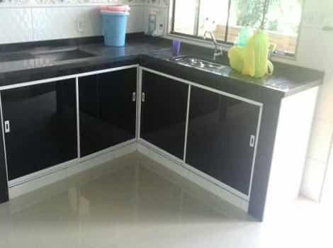 kit pia vidro fume modelo canto com portas corrediças e acabamento em aluminio na tonalidade branca.