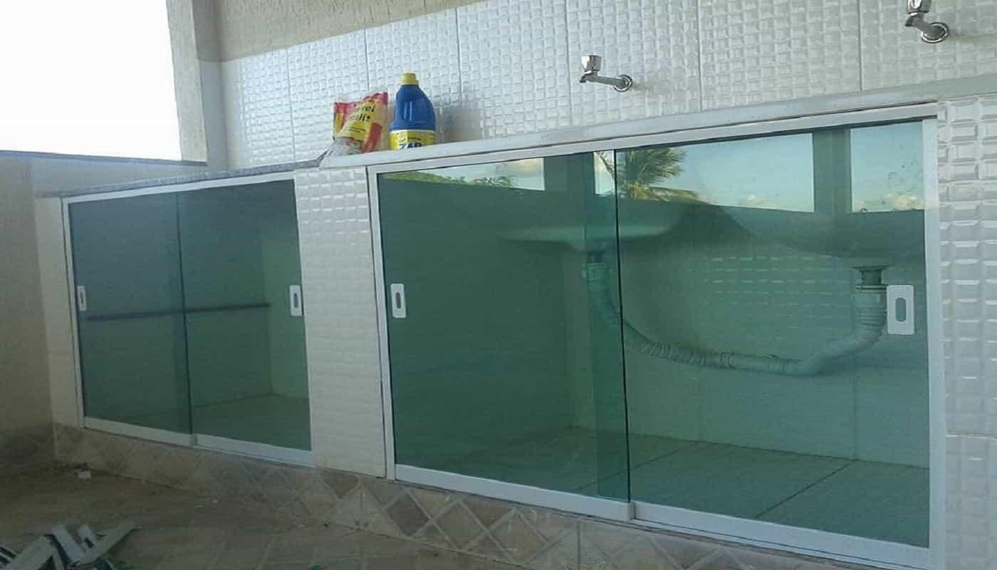 kit pia vidro verde de 8 mm, com portas de correr e perfil de acabamento na tonalidade branca.