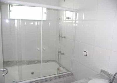 Box Sobre Banheira Incolor. Box Sobre Banheira vidro bronze de 8 mm. Box de vidro a pronta entrega com garantia total de qualidade. Solicite um orçamento sem compromisso.