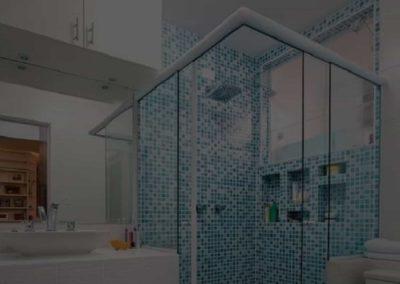 Box de Vidro Temperado Dubox sp modelo canto com perfil de acabamento em alumínio branco.