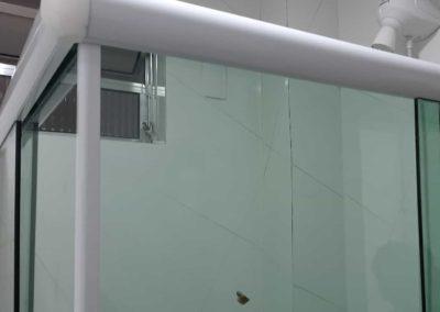 Box em ângulo de canto vidro vidro incolor 8 mm. Box de vidro a pronta entrega com garantia total de qualidade. Solicite um orçamento sem compromisso.