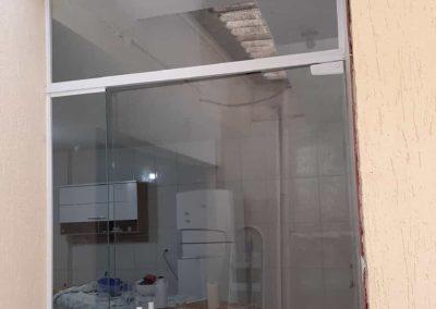 Porta de vidro incolor pivotante 10 mm, de abrir.