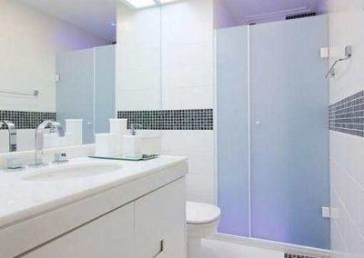 Box de vidro jateado temperado na cor branco. Box de vidro a pronta entrega com preços promocionais e várias opções de perfil de acabamento.