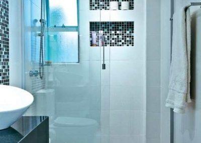Box de Banheiro incolor modelo frontal reto. Perfil de acabamento prata fosco.