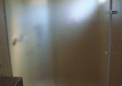 Box de banheiro pontilhado com perfil branco. Vidro temperado de 8 mm, com altura padrão de 1,90 cm.