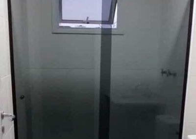box de vidro fumê modelo frontal de 02 folhas com acabamento preto.