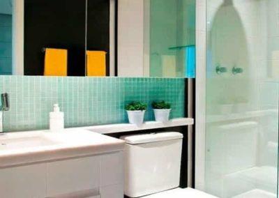 Box e espelho para banheiro com vidro temperado de 8 mm, e espelho cristal 4 mm.