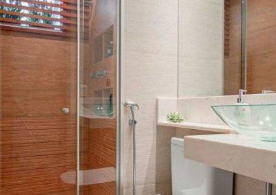 Box para banheiro em pinheiros, porta de abrir. Vidro incolor de 8 mm, temperado.