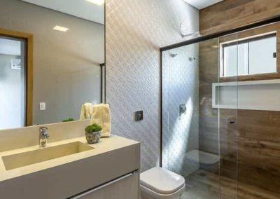 Espelho lapidado para banheiro em cima do frontão. Box de vidro a pronta entrega com garantia total de qualidade. Solicite um orçamento sem compromisso.