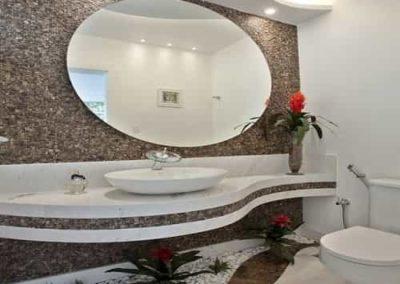 Espelho oval para lavabo fixado com cola na parede. Box de vidro a pronta entrega com garantia total de qualidade. Solicite um orçamento sem compromisso.