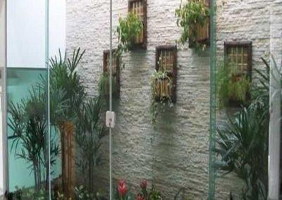 porta de vidro temperado 04 folhas com perfil de acabamento em alumínio prata fosco