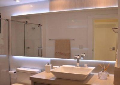 Espelho de banheiro Dubox sp colado na parede. Espelho de 4 mm, a pronta entrega para São Paulo e região metropolitana. Confira nossos preços.