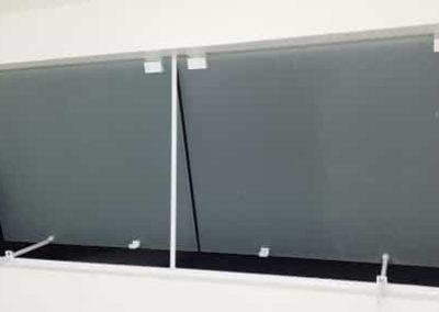 Janela basculante de vidro jateado de 8 mm, temperado com acabamento em alumínio
