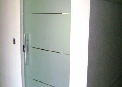 Porta de abrir jateada com faixas transparente