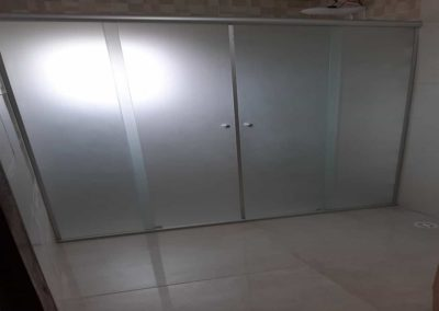 Box de vidro jateado frontal temperado de 8 mm. Box de vidro a pronta entrega com garantia total de qualidade. Solicite um orçamento sem compromisso.