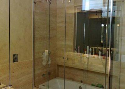 Box elegance sobre banheira com vidro incolor. Box de vidro a pronta entrega com garantia total de qualidade. Solicite um orçamento sem compromisso.