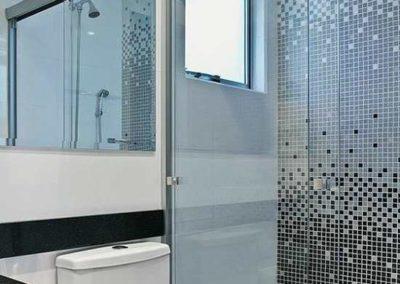 Box para banheiro com kit 2p vidro incolor. Box de vidro a pronta entrega com preços promocionais e várias opções de perfil de acabamento.