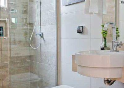 Box para banheiro no Brás vidro temperado. Box de vidro a pronta entrega com preços promocionais e várias opções de perfil de acabamento.
