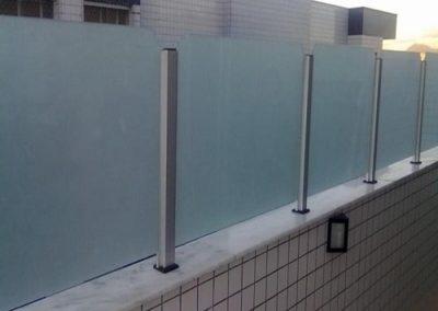 Guarda corpo com vidro fosco jateado de 8 mm. Guarda corpo de vidro a pronta entrega para São Paulo e região metropolitana. Confira nossos preços.
